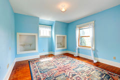Ligth蓝色室在老空的房子里 库存照片