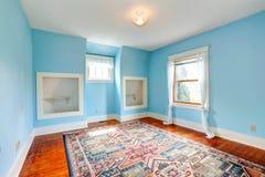 Ligth blåttrum i gammalt tömmer huset Arkivfoton
