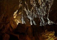 Ligth que brilha em uma caverna escura fotografia de stock