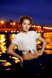 Ligthts da cidade da mulher e da noite Fotos de Stock Royalty Free