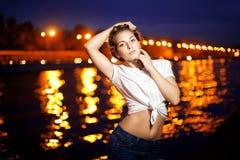 Ligthts da cidade da mulher e da noite Foto de Stock Royalty Free