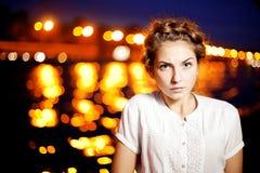 Ligthts da cidade da mulher e da noite Fotografia de Stock Royalty Free