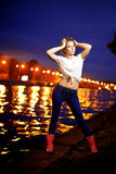 Ligthts de ville de femme et de nuit Photographie stock libre de droits