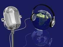 Ligue à terra a esfera com auscultadores e o mic retro, conceito da música Imagens de Stock Royalty Free