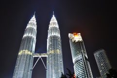 Ligue à terra a luz do â da hora sobre na torre gémea de Petronas Imagem de Stock