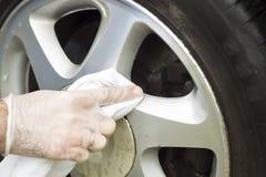 Ligue a limpeza da roda com o pano branco e o pano Imagens de Stock