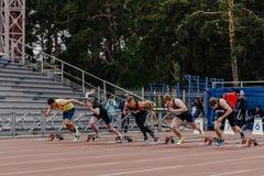 Ligue os corredores dos homens em 100 medidores de corrida Imagens de Stock Royalty Free