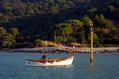 Liguria Barco de pesca de la opinión de Portovenere delante de la isla de Palmaria Foto de archivo