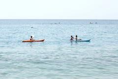 Liguria; Italien Augusti 9 2017: två kanoter på ett plant hav med kopieringsutrymme för din text royaltyfri bild