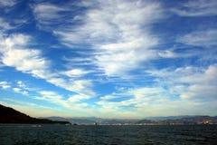 Liguria: sikt av den Ligurian kustlinjen med berghavshimmel och moln fotografering för bildbyråer