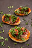 Liitle薄饼用蕃茄、rucola和无盐干酪乳酪 免版税库存照片