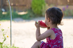 Liitlemeisje die watermeloen in de zomer eten Royalty-vrije Stock Afbeeldingen