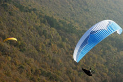 lijak över paragliding Arkivbilder