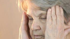 Lijden de bejaarde verouderde jaren '80 aan hoofdpijnen stock footage