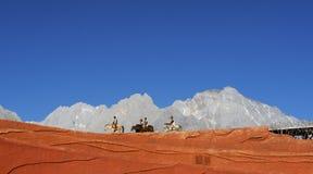 lijiang впечатления лошади выполняя всадников Стоковая Фотография RF