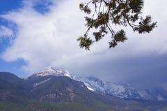 Гора снега дракона нефрита стоковые изображения rf