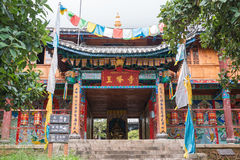 LIJIANG, КИТАЙ - 6-ОЕ СЕНТЯБРЯ 2014: Lamasery Yufeng известный монастырь Стоковые Изображения RF