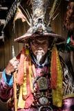 LIJIANG, CHINA - April 22.2016: Oude mens die traditionele Chinese kleding dragen om toeristen in Lijiang te tonen Stock Foto