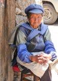 Lijiang, China - April 2015: Oudere gehuwde vrouw van de Ruggegraten stock afbeelding