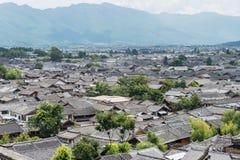 LIJIANG, CHINA - 5 DE SEPTIEMBRE DE 2014: Tejado en la ciudad vieja de Lijiang (la UNESCO Foto de archivo libre de regalías