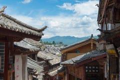 LIJIANG, CHINA - 5 DE SEPTIEMBRE DE 2014: Tejado en la ciudad vieja de Lijiang (la UNESCO Imagen de archivo