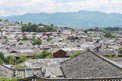 LIJIANG, CHINA - 5 DE SEPTIEMBRE DE 2014: Tejado en la ciudad vieja de Lijiang (la UNESCO Fotografía de archivo libre de regalías