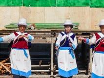 Lijiang, China - em abril de 2009: Vestir das mulheres da minoria de Naxi do chinês imagens de stock royalty free