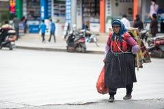Lijiang, China - Jun 21, 2015: : Vrouw die afval in Lijia opnemen stock foto