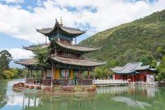 LIJIANG, CHINE - 4 SEPTEMBRE 2014 : Dragon Pool noir à la vieille ville de Li Photos libres de droits