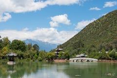 LIJIANG, CHINE - 4 SEPTEMBRE 2014 : Dragon Pool noir à la vieille ville de Li Images stock