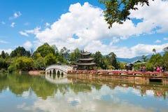 LIJIANG, CHINE - 4 SEPTEMBRE 2014 : Dragon Pool noir à la vieille ville de Li Photos stock
