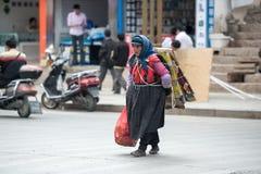 Lijiang Chiny, Jun, - 21, 2015: : Kobieta podnosi up grat w Lijia Fotografia Stock