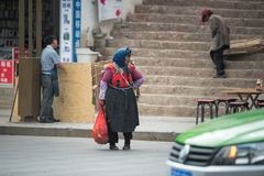 Lijiang Chiny, Jun, - 21, 2015: : Kobieta podnosi up grat w Lijia Obrazy Stock