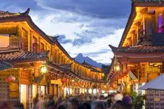 Lijiang gammal stad i aftonen Arkivfoto