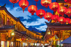Lijiang gammal stad i aftonen med den gol turisten Fotografering för Bildbyråer