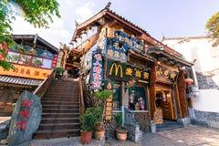 Lijiang - Kina April 2016: Mcdonald restaurangläge med royaltyfria bilder