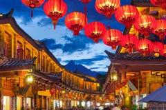 Lijiang oude stad in de avond met gekraaide toerist stock afbeelding