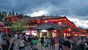 Lijiang oude stad in de avond met menigtetoerist stock footage