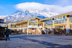 LIJIANG, PROVÍNCIA DE YUNNAN, CHINA - 10 DE MARÇO DE 2016: Jade Dragon Snow Mountain atrás da construção de serviço dos viajantes fotos de stock
