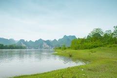 Lijiang River på båda sidor av det herde- landskapet Royaltyfri Bild