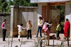 Lijiang Twp, Cina: Naxi Schoochildren a gioco Fotografia Stock Libera da Diritti