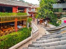 LIJIANG, YUNNAN prowincja CHINY, WRZESIEŃ, - 08, 2012: Ulica Lijiang Stary miasteczko z przesmyk wody kanałami UNESCO świat Obrazy Royalty Free