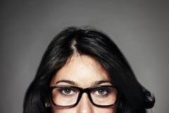 Lijkend vrouw met glazen op grijze achtergrond stock afbeelding