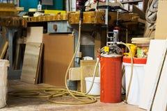 Lijmkanon met pomp of compressor op workshop stock fotografie