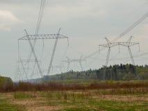 Lijn de met hoog voltage van de machtstransmissie tegen de donkere hemel Stock Foto