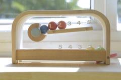 Lijn tegen houten stuk speelgoed royalty-vrije stock afbeeldingen