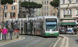 Lijn 8 Tram die zich in Largo Argentina in Rome bewegen stock fotografie
