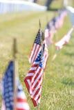 Lijn van Amerikaanse vlaggen bij Golden Gatebegraafplaats Royalty-vrije Stock Foto's