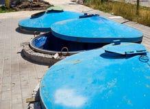 Lijn van begraven afvalcontainers op de plaats voor huishoudelijk afval royalty-vrije stock afbeelding