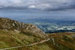 Lijn van de toeristenspoorweg in de Pyreneeën stock foto's